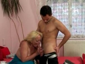 Voluptuous grandma with nice tits gives BJ