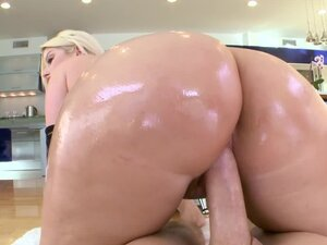 Julie Cash the blonde with big ass from Texas gets pounded
