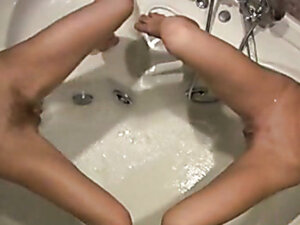 Two girls piss in the bath simultaneously