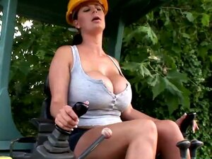 Horny milf loves outdoor finger fucking