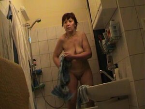 Granny takes a bath and poses for the cam in the bathroom