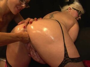 Lesbian Fisting with Mandy Cinn and Amica Bentley