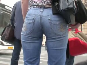 Sexy candid jeans firmly glued to a firm round ass