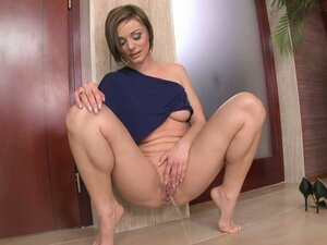 Sexy Cameron Cruise gets her pee on all over the floor