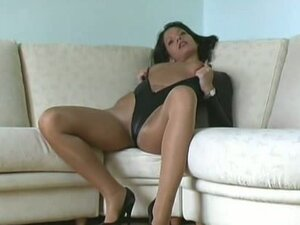 Brunette susi poses in pantyhose