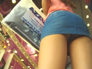 Hot voyeur up skirt video of a white girl shopping